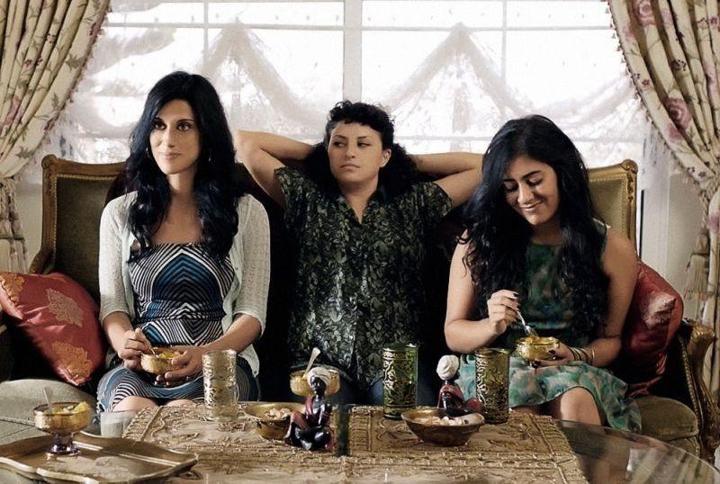 May in the Summer: Cherien Dabis in una scena con Alia Shawkat e Nadine Malouf