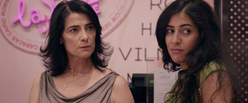 May in the Summer: Hiam Abbass in una scena con Nadine Malouf in una scena