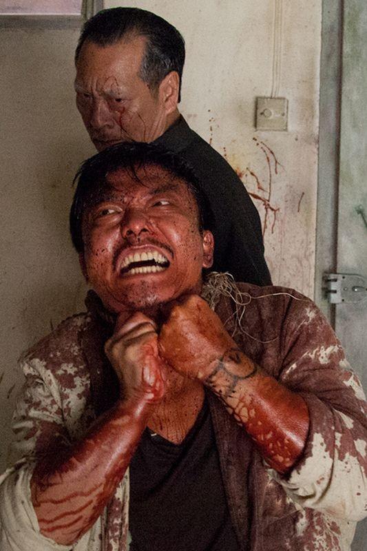 Rigor Mortis: Richard Ng tenta di salvarsi dal suo assalitore in una scena del film