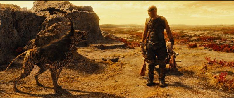 Vin Diesel, protagonista di Riddick, in una scena alle prese con una bestia feroce