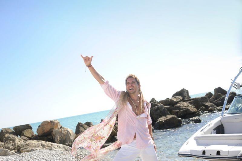 3 Many Weddings: Paco León in un'esultante scena della commedia spagnola