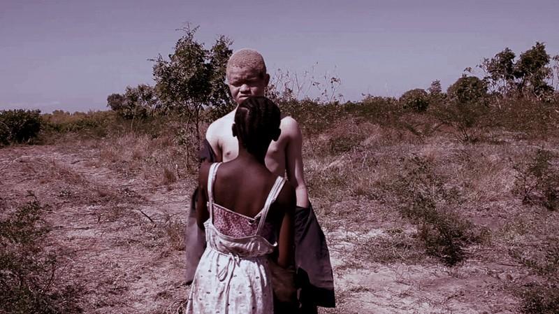 White Shadow: Glory Madgalena Cyril Mbaywayu e Hamis Bazili in una scena