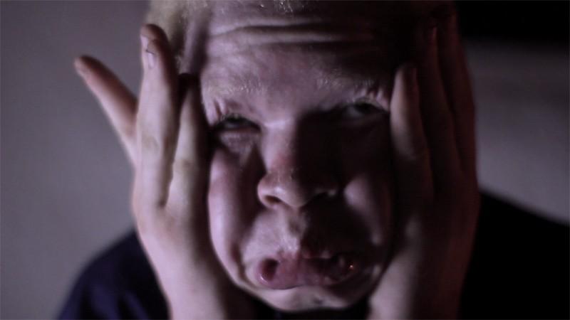 White Shadow: Hamis Bazili in una scena del film sulla persecuzione degli albini in Tanzania