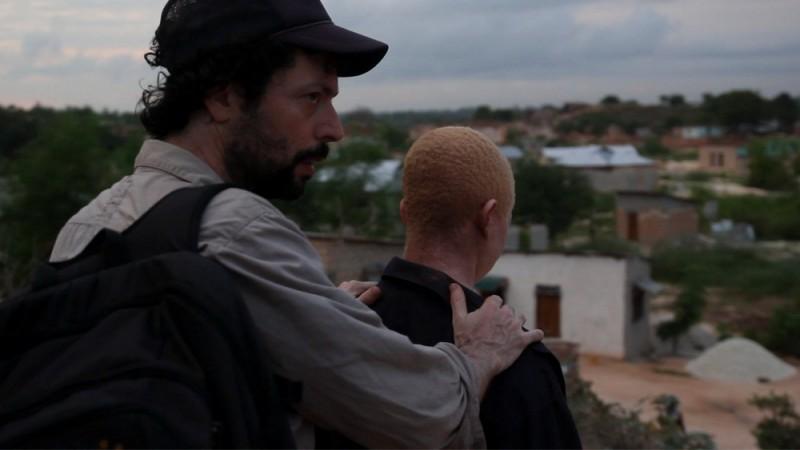 White Shadow: il regista Noaz Deshe sul set con Hamis Bazili