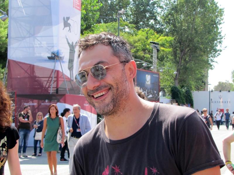 Venezia 2013 - Filippo Timi si ferma a parlare con un gruppo di fan