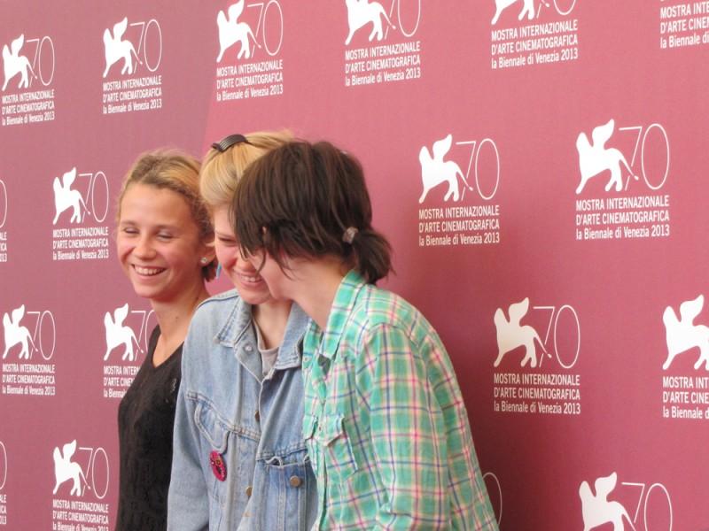 Mira Barkhammar, Liv LeMoyne, Mira Grosin scherzano a Venezia 2013 - sono le protagoniste di We Are the Best!
