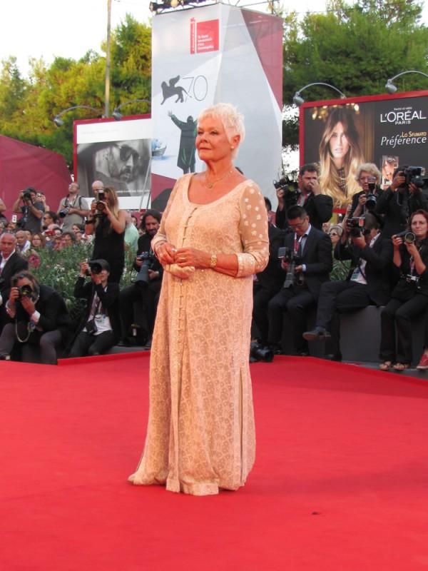 Venezia 2013 - Judi Dench presenta 'Philomena' sul tappeto rosso