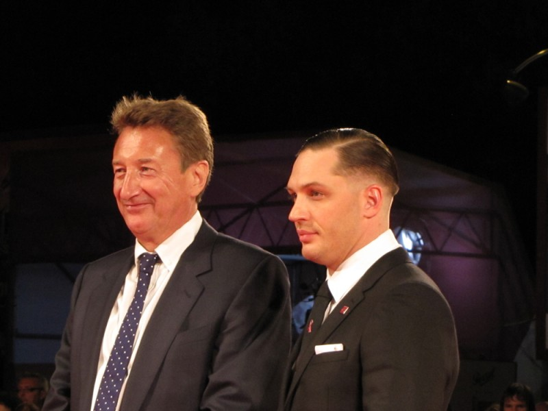 Locke: Tom Hardy presenta il film a Venezia 2013, sul red carpet accanto al regista Steven Knight