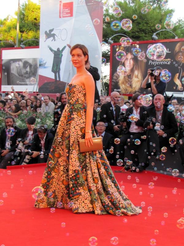 Venezia 2013 - Cristiana Capotondi sul red carpet, tra le bolle di sapone