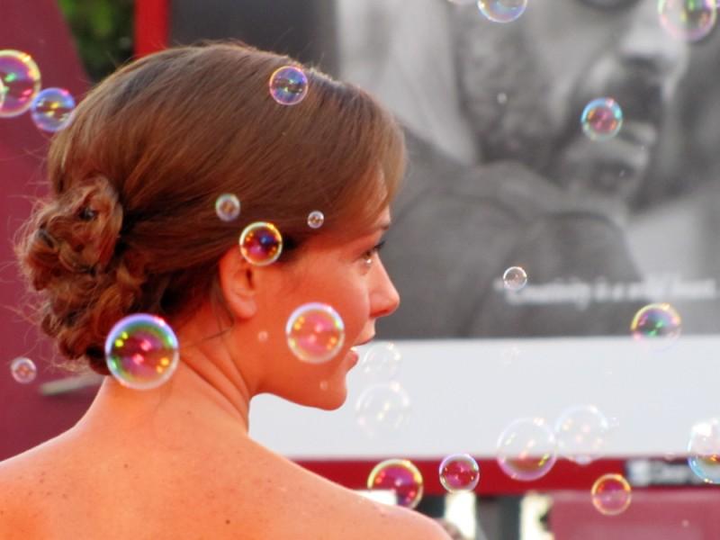 Venezia 2013 - Cristiana Capotondi sul tappeto rosso, tra le bolle di sapone
