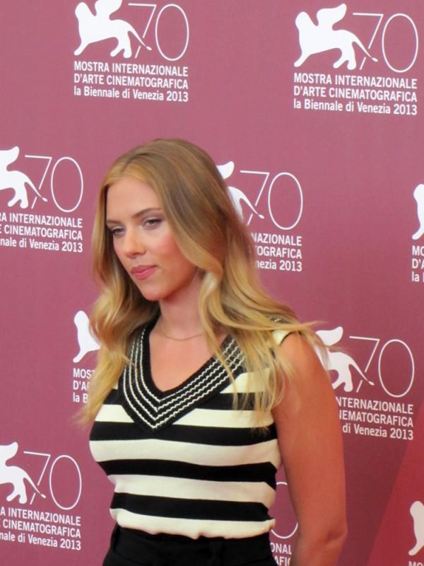 Scarlett Johansson presenta Under the Skin alla Mostra di Venezia, nel  2013