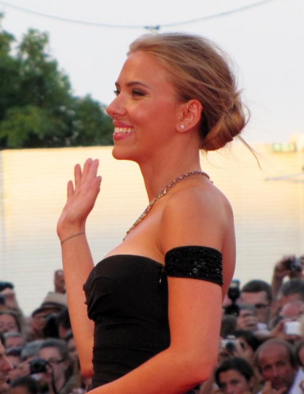 Una splendida Scarlett Johansson presenta Under the Skin a Venezia 2013 sul red carpet