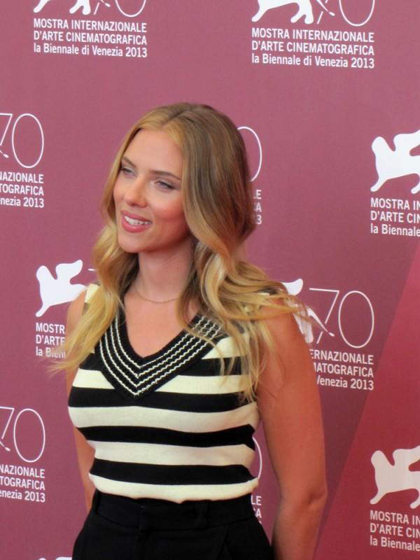 Una splendida Scarlett Johansson presenta Under the Skin a Venezia, nel  2013