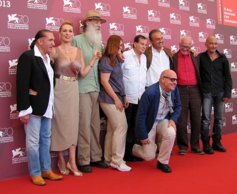 Sacro GRA: il regista Gianfranco Rosi a Venezia 2013 con il cast del suo film