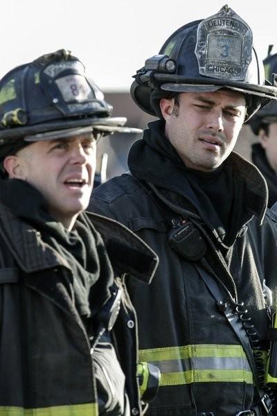 Chicago Fire: David Eigenberg e Taylor Kinney nell'episodio Under the Knife