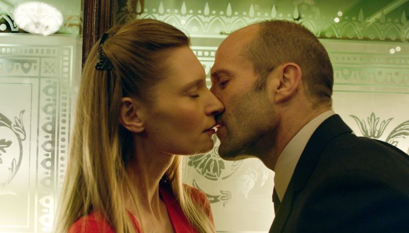 Redemption - Identità nascoste: Agata Buzek bacia Jason Statham in una scena del film