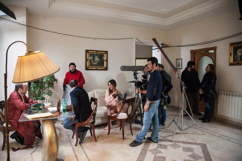 Vittoria Schisano (al centro, seduta sul divano) sul set di Take 5 di Guido Lombardi