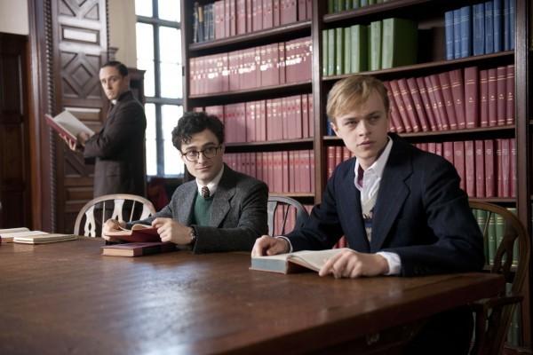 Dane DeHaan con Daniel Radcliffe e Ben Foster in biblioteca in una scena di Giovani Ribelli - Kill Your Darlings