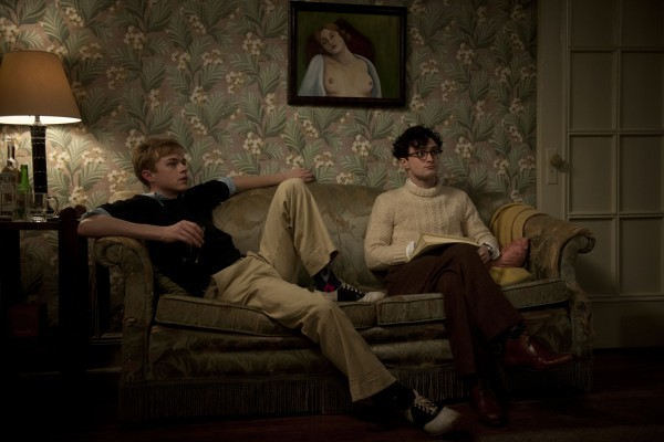 Dane DeHaan e Daniel Radcliffe seduti sul divano in una scena di Kill Your Darlings
