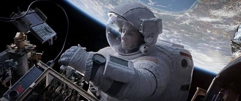 Gravity: Sandra Bullock in azione in una scena del film fantascientifico