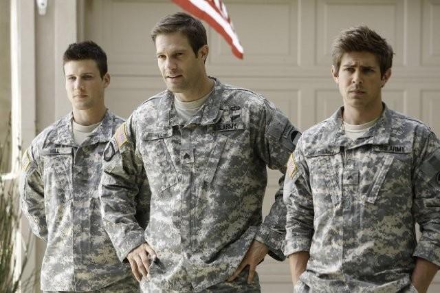 Enlisted: Geoff Stults, Chris Lowell e Parker Young in una foto di scena della serie