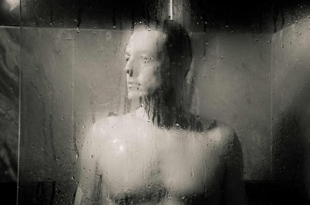 Giorgio Lupano sotto la doccia in Paura di amare 2