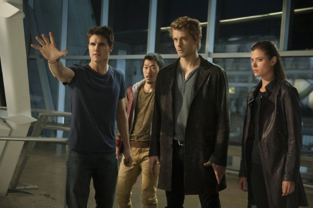 The Tomorrow People: Peyton List, Luke Mitchell, Aaron Yoo e Robbie Amell in una scena della serie