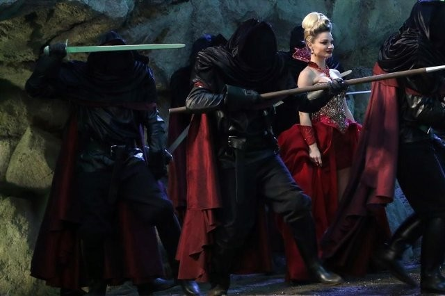 Once Upon a Time in Wonderland: Emma Rigby in una scena della serie