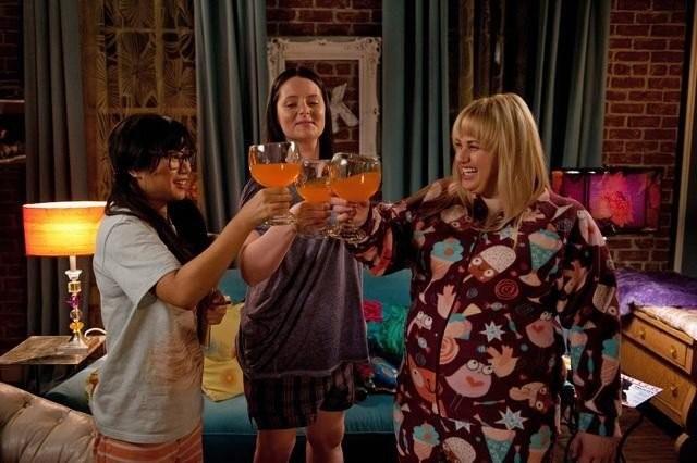 Super Fun Night: Liza Lapira, Lauren Ash e Rebel Wilson in una scena della serie