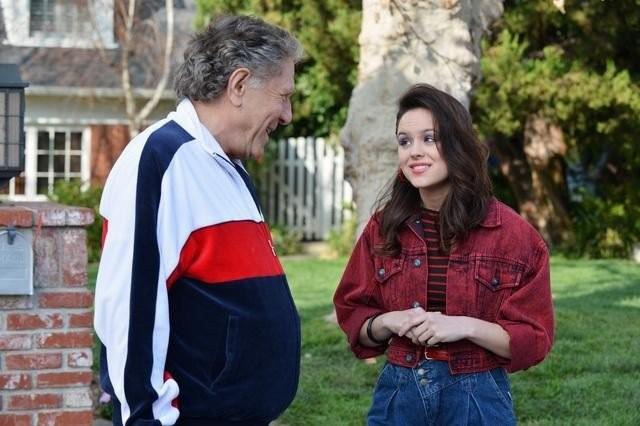 The Goldbergs: George Segal e Hayley Orrantia in una scena della serie