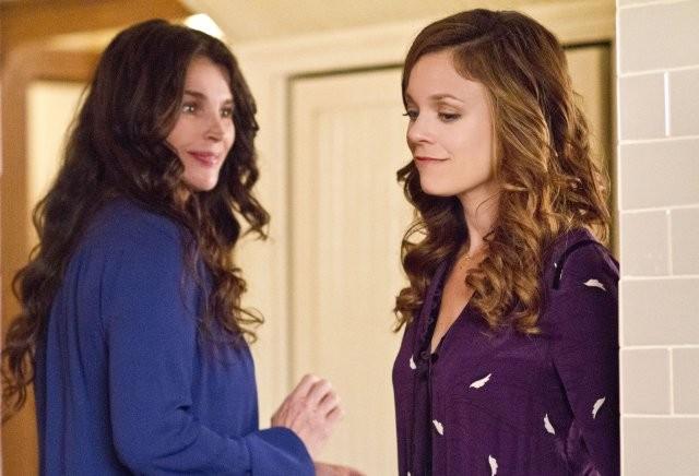 Witches of East End: Rachel Boston e Julia Ormond in una scena della serie