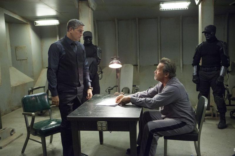 Escape Plan - Fuga dall'inferno: Arnold Schwarzenegger con James Caviezel in una scena