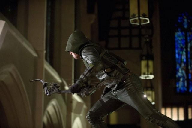 Arrow: Stephen Amell in un momento dell'episodio City of Heroes