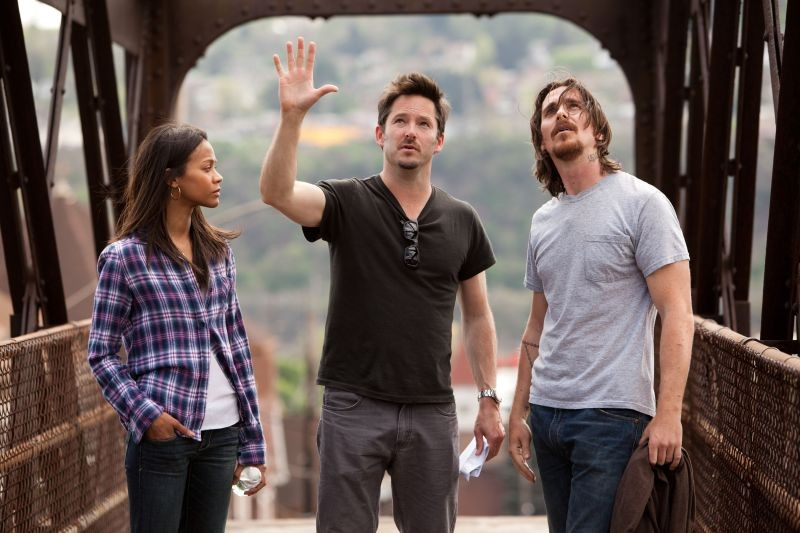 Out of the Furnace: Zoë Saldaña con il regista Scott Cooper e Christian Bale sul set