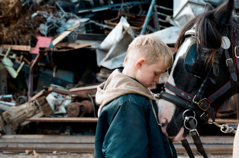 The Selfish Giant: il protagonista Conner Chapman in una scena della pellicola