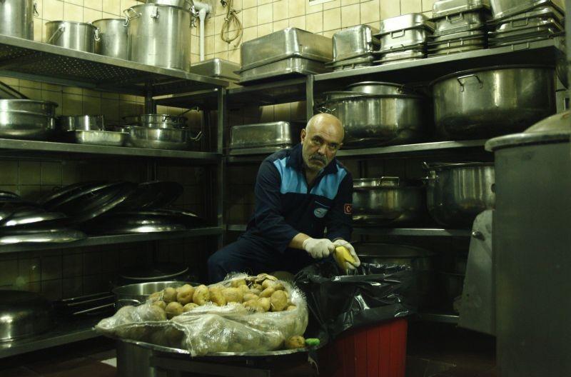 I Am Not Him: il protagonista Ercan Kesal pela delle patate in una scena del film