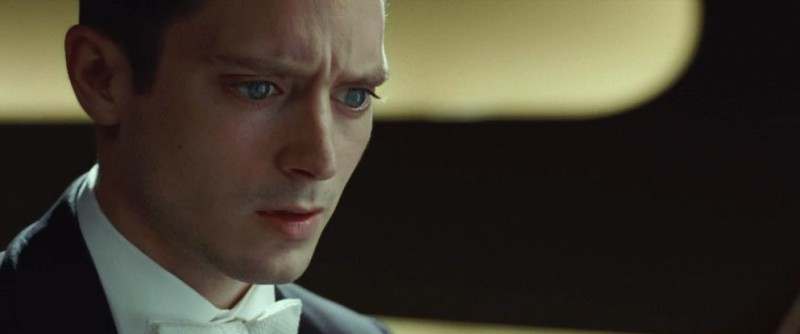 Elijah Wood impaurito in una scena del thriller Grand Piano
