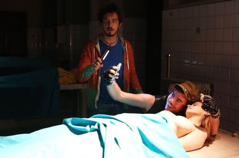 Fuga di cervelli: Paolo Ruffini con Andrea Pisani in una scena