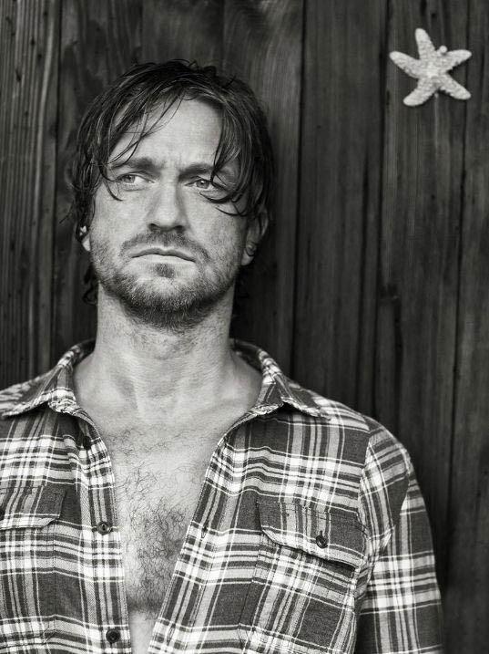 Gerard Butler - una foto in bianco e nero dell'attore scozzese
