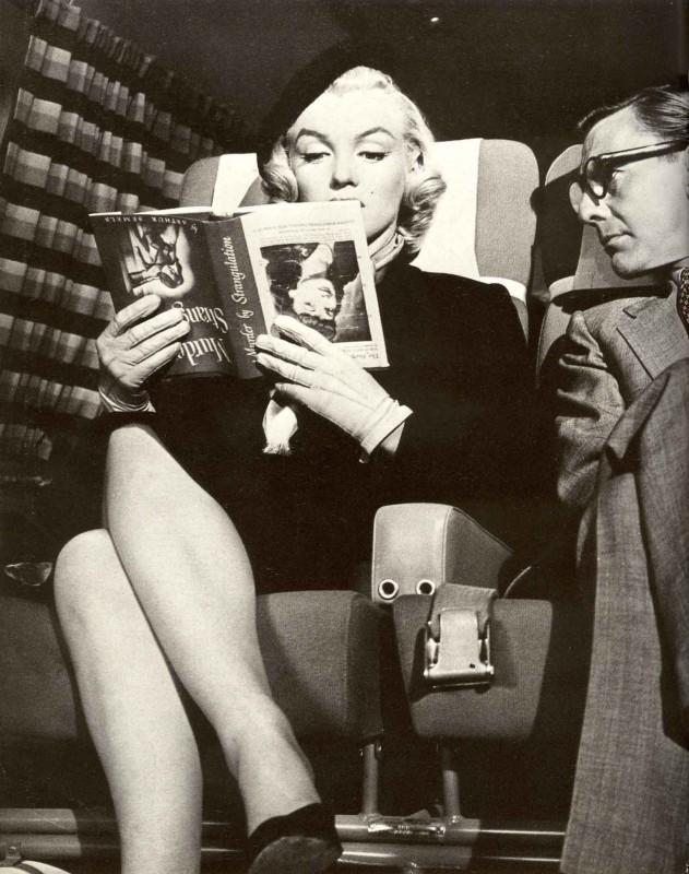 Marilyn Monroe in Come sposare un milionario: la scena in cui 'legge' un libro al contrario.
