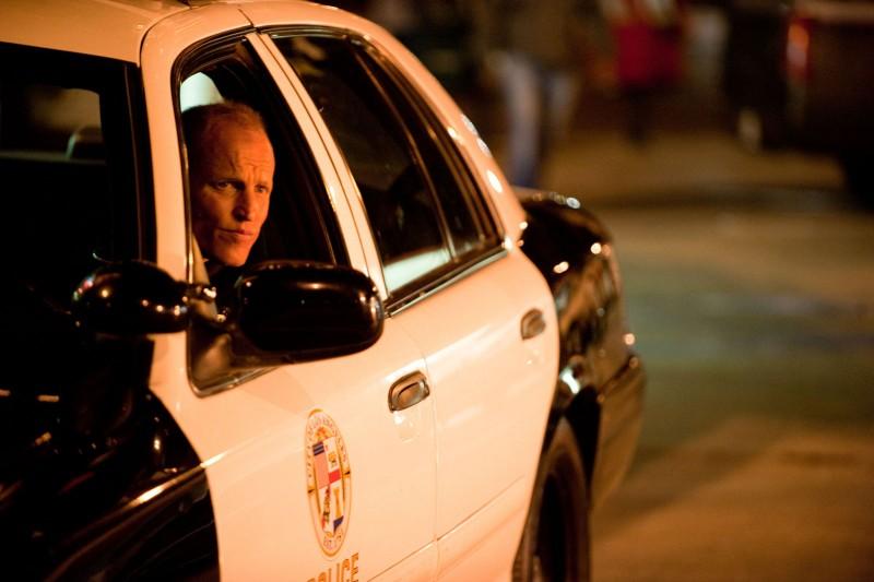 Woody Harrelson nell'auto di pattuglia in Rampart