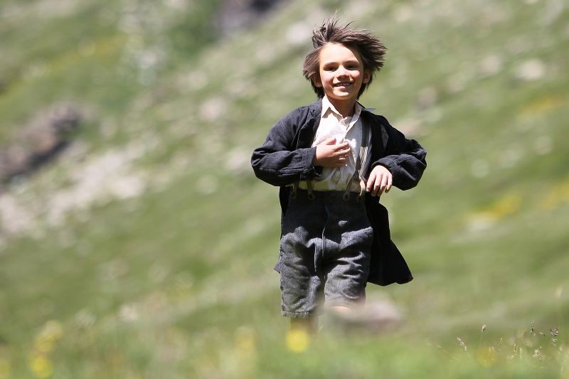 Belle & Sebastien: il piccolo Felix Bossuet nei panni di Sébastien in una gioiosa scena del film