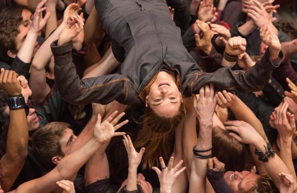 Divergent: Shailene Woodley viene portata in trionfo dai compagni