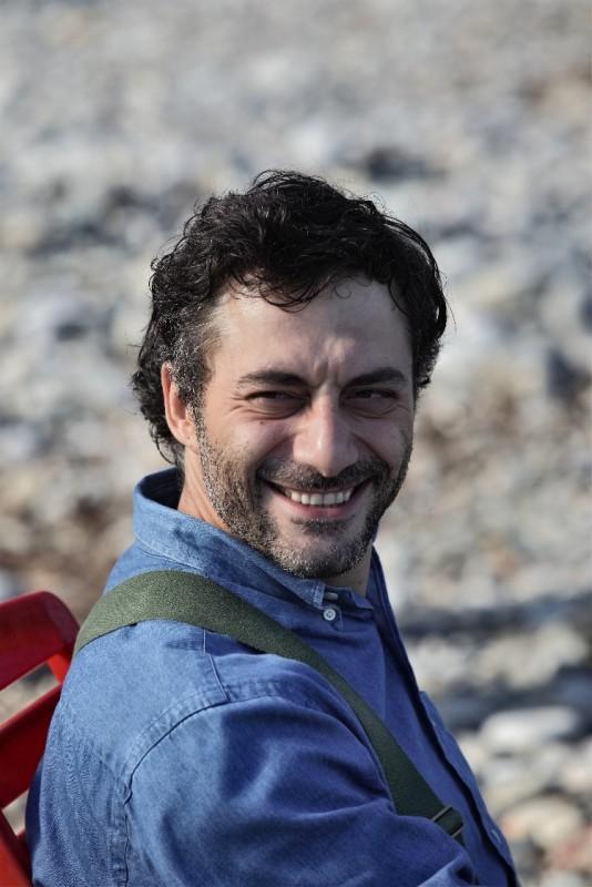 I delitti del BarLume: Filippo Timi in un'immagine della serie Sky