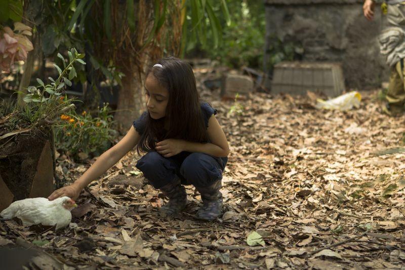 Manto Acuifero: la piccola Zaili Sofia Macias in una scena
