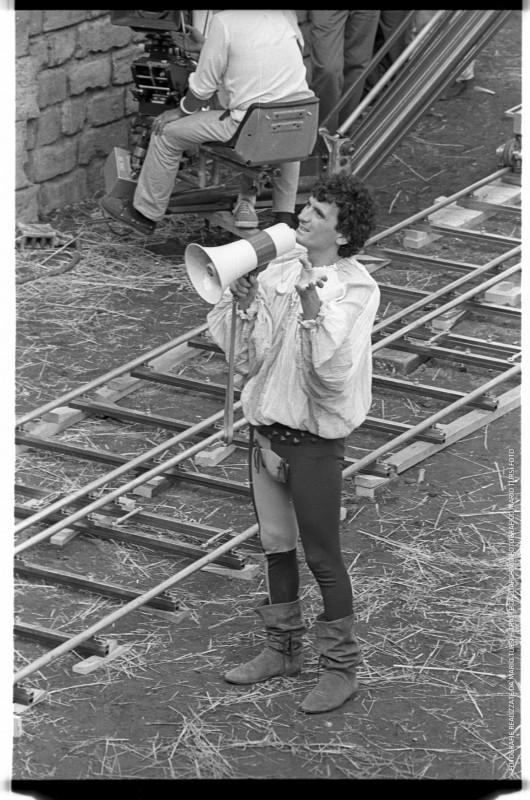 Non ci resta che piangere: Massimo Troisi dirige sul set (foto di MARIO TURSI)