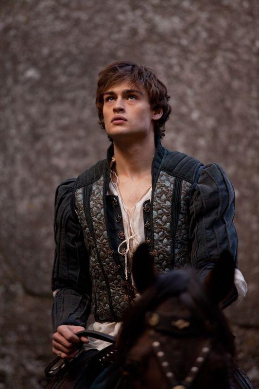 Romeo & Juliet: Douglas Booth in un'immagine dal film nei panni di Romeo