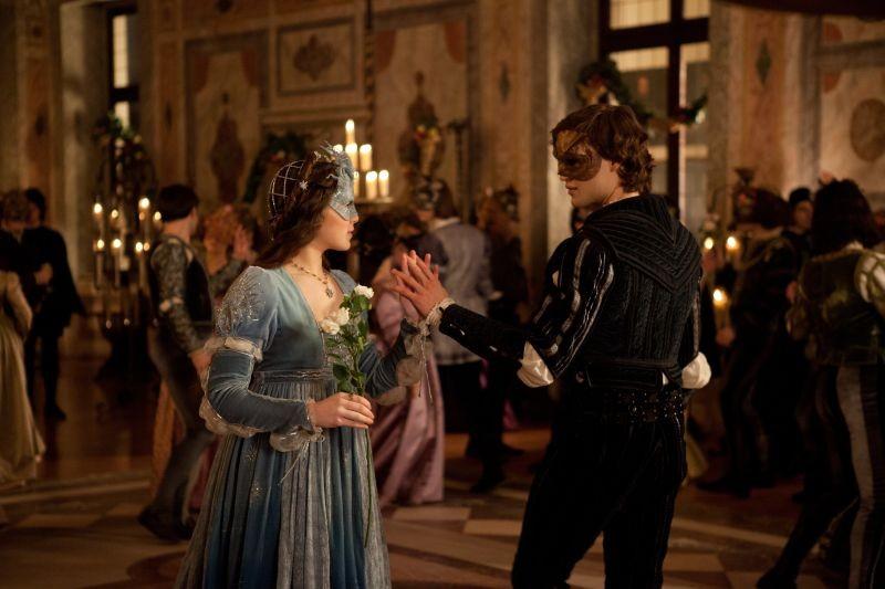 Romeo & Juliet: i protagonisti Hailee Steinfeld e Douglas Booth danzano in una scena
