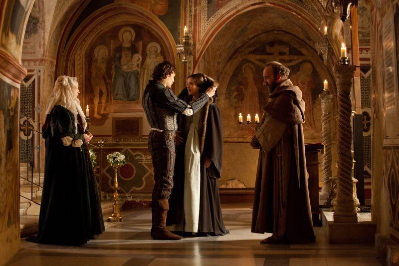 Romeo & Juliet: i protagonisti Hailee Steinfeld e Douglas Booth in una scena con Paul Giamatti e Lesley Manville