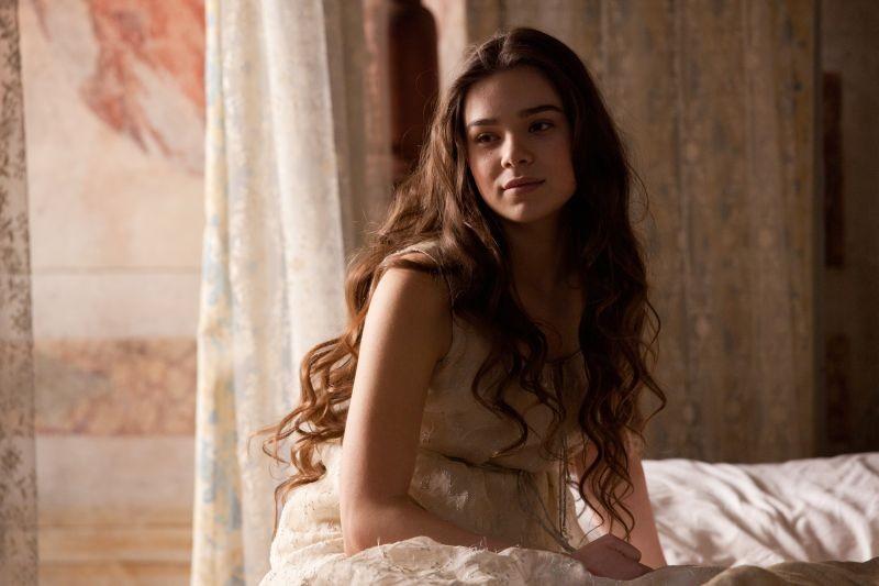 Romeo & Juliet: Hailee Steinfeld è Giulietta in una scena del film